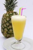 Pineaplesap met verse die ananas op wit wordt geïsoleerd Beeld in Peru wordt genomen dat Royalty-vrije Stock Afbeeldingen