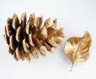 Pinecone d'or et feuille d'or Décoration de Noël D'isolement sur le fond blanc images stock