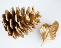 Pinecone d'or et feuille d'or Décoration de Noël D'isolement sur le fond blanc photographie stock