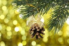 Pinecone de la Navidad en el árbol de navidad en fondo de las luces Foto de archivo