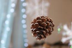 Pinecone de las luces de la Navidad del árbol del Año Nuevo de la Navidad imágenes de archivo libres de regalías