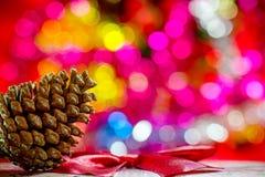 Pinecone en fondo del efecto del bokeh Decoraciones de la Navidad Fotos de archivo libres de regalías