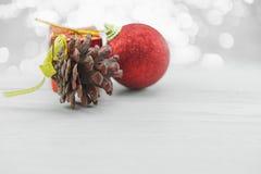 Pinecone en Rode Kerstmisornamenten op houten vloer Vrolijke Kerstmis en Gelukkig Nieuwjaar Royalty-vrije Stock Afbeeldingen