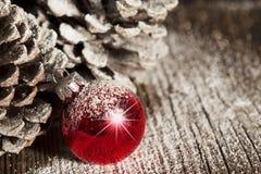 红色圣诞节装饰品Pinecones 免版税库存照片
