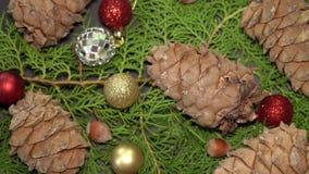 Pinecones e bagattelle Rotationg sui rami di albero dell'abete Priorità bassa di Cristmas stock footage