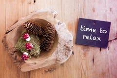 Pinecones i chalkboard z słowo czasem Relaksować Zdjęcia Stock