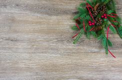 Pinecones, rode bessen, en een rood lint op een nette boeg met stock foto