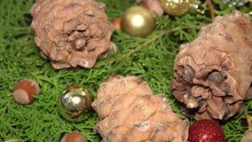 Pinecones und Flitter Rotationg auf Tannen-Baumasten Cristmas Hintergrund stock video