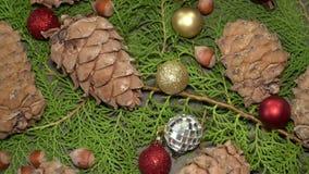 Pinecones und Flitter Rotationg auf Tannen-Baumasten Cristmas Hintergrund stock footage