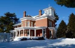 Pinehill i snö Royaltyfri Foto