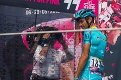 Pinerolo, Италия 27-ое мая 2016; Мишель Scarponi, команда Астаны, к подписям подиума перед началом трудного этапа горы Стоковая Фотография