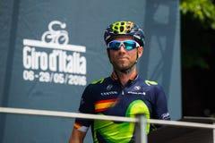 Pinerolo, Италия 27-ое мая 2016; Alejandro Valverde, команда Movistar, к подписям подиума перед началом этапа Стоковые Изображения