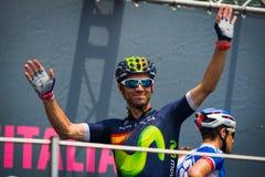 Pinerolo, Италия 27-ое мая 2016; Alejandro Valverde, команда Movistar, к подписям подиума перед началом этапа Стоковые Изображения RF