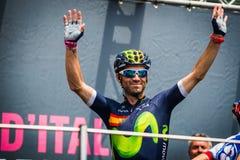 Pinerolo, Италия 27-ое мая 2016; Alejandro Valverde, команда Movistar, к подписям подиума перед началом этапа Стоковая Фотография RF