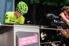 Pinerolo, Италия 27-ое мая 2016; Rigoberto Uran, команда Cannondale, к подписям подиума перед началом трудного sta горы Стоковое Изображение RF