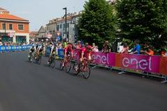 Pinerolo, Italie le 26 mai 2016 ; Un groupe de cyclistes professionnels accélère pour le sprint avant la ligne d'arrivée Photos libres de droits
