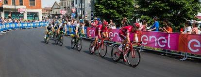 Pinerolo, Italie le 26 mai 2016 ; Un groupe de cyclistes professionnels accélère pour le sprint avant la ligne d'arrivée Images libres de droits