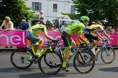 Pinerolo, Italie le 26 mai 2016 ; Un groupe de cyclistes professionnels accélère pour le sprint avant la ligne d'arrivée Photographie stock