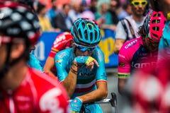 Pinerolo, Italie le 27 mai 2016 ; Vincenzo Nibali, équipe d'Astana, concentrée dans le groupe avant le début de l'étape Image stock