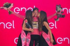 Pinerolo, Włochy Maj 26, 2016; Steven Kruijswijk na podium w różowym bydle jest liderem Ogólny gatunkowanie po żebra Zdjęcia Stock