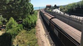 05 09 2018 Pineto, Abruzzo - φορτηγό τρένο άνωθεν απόθεμα βίντεο