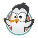 Pingüino divertido de la historieta con los vidrios en una insignia Foto de archivo