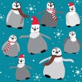 Pingüinos con los sombreros y las bufandas de la Navidad con el modelo inconsútil de los copos de nieve Ejemplo del vector en fon Fotos de archivo