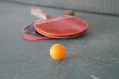 Ping-pong con la vecchia tavola Immagine Stock Libera da Diritti