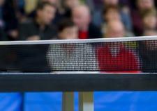 Ping-pong contre la vue d'un stade photos libres de droits