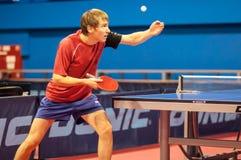Ping-pong de jeu entre les hommes Photographie stock libre de droits