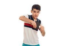 Ping-pong di pratica concentrato del giovane sportivo del brunett isolato su fondo bianco Fotografie Stock Libere da Diritti