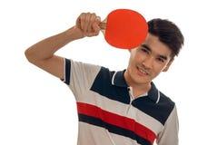 Ping-pong di pratica del giovane sportivo allegro del brunett isolato su fondo bianco Fotografie Stock