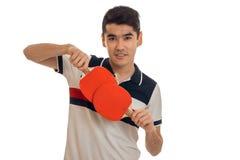 Ping-pong di pratica del giovane sportivo bello del brunett isolato su fondo bianco Immagine Stock Libera da Diritti
