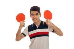 Ping-pong di pratica del giovane sportivo bello isolato su fondo bianco Fotografia Stock Libera da Diritti