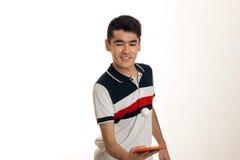 Ping-pong di pratica del giovane sportivo felice isolato su fondo bianco Fotografie Stock Libere da Diritti