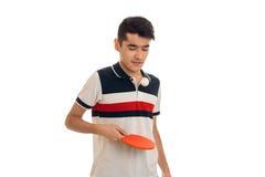 Ping-pong di pratica del giovane sportivo isolato su fondo bianco Immagine Stock