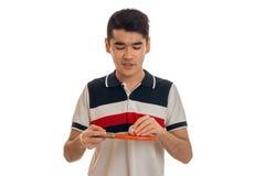 Ping-pong di pratica del giovane sportivo serio del brunett isolato su fondo bianco Fotografia Stock Libera da Diritti