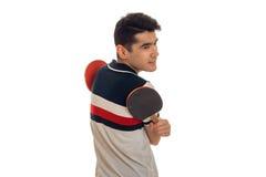 Ping-pong di pratica dello sportivo abbastanza giovane del brunett isolato su fondo bianco Fotografia Stock Libera da Diritti