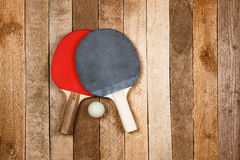 Ping-pong orange sur 'bat' noire Photos libres de droits