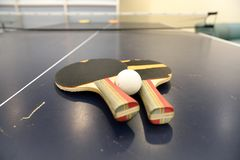 Ping Pong Paddles anziana sulla tavola di ping-pong, fuoco basso immagini stock libere da diritti