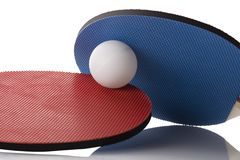 Ping Pong Paddles vermelha e azul - bola in-between Foto de Stock