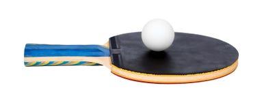 Ping Pong skovlar och bollutklipp som isoleras på vit bakgrund arkivbilder