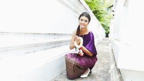 Pingamento tailandês da mulher tradicional video estoque