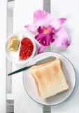 Pingel ontbijtbrood, boter, jam Stock Fotografie