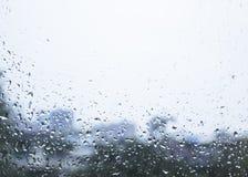 Pingo de chuva no céu nebuloso do fundo do borrão da janela de vidro Fotografia de Stock Royalty Free