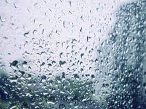 Pingo de chuva no fundo do borrão da janela de vidro Imagem de Stock