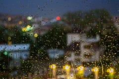 Pingos de chuva abstratos do fundo no fundo borrado das luzes Fotos de Stock Royalty Free