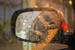 Pingos de chuva do foco seletivo no espelho de carro da asa Fotografia de Stock Royalty Free