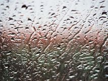 Pingos de chuva do fundo no vidro imagem de stock