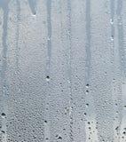 Pingos de chuva e corridas da água em uma placa de janela de vidro fotografia de stock